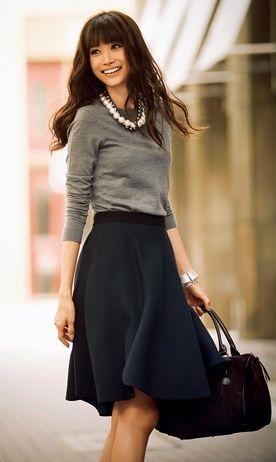 Collier de perles, pull manche longue gris, jupe noire, style vestimentaire classique, femme active: