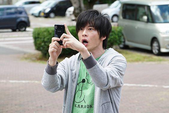 携帯で写真を撮る田中圭