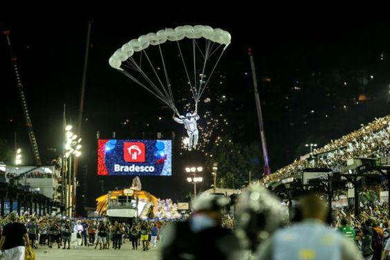 Paraquedistas, drones e águia robô. Portela arrasa na avenida. - http://metropolitanafm.uol.com.br/novidades/famosos/paraquedistas-drones-e-aguia-robo-portela-arrasa-na-avenida