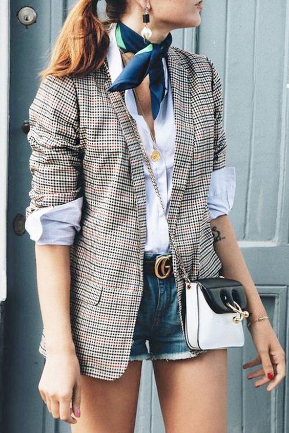 O blazer xadrez feminino poderia ser apenas mais um blazer formal para arrematar o look de trabalho. Mas, a peça ganhou ares fashionistas, especialmente em sua versão mais compridinha, com modelagem boyfriend – afinal, a peça tem esta pegada mais retrô, vinda diretamente do armário masculino.Clique na imagem para encontrar vários looks blazer xadrez feminino para se inspirar e cair de amores pela trendy! #blazerfeminino #lookdodia #looks #tendencias2018
