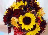 The Knot Wedding Flowers Book/Reprodução     A história  Desde a Grécia Antiga, as noivas carregam buquês. Na antiguidade, eles...