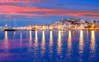 Bei Sonnenuntergang erleuchtet die Küste Ibizas in allen Farben