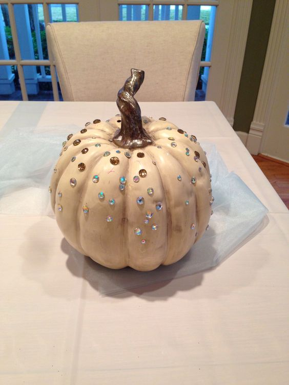 I want our Cinderella part to be sparkly and girly for our daughters 3rd birthday. Of course you must have a pumpkin