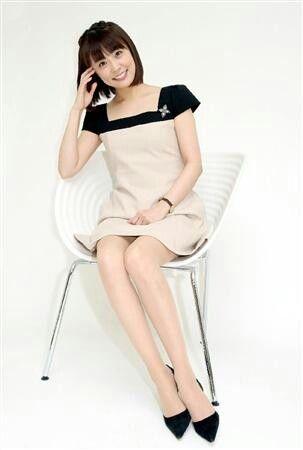 小林麻耶かわいいワンピース姿で自慢の足を披露