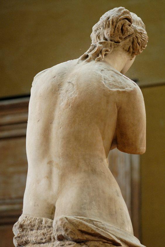 Detalle de la parte trasera —espalda y una parte de los glúteos— de la Venus de Milo