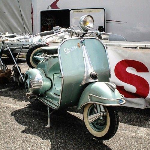 Vieille Vespa à Beauzelle #old #scooter #Vespa #tagsforlike #Beauzelle #ig_europe #igerstoulouse #igersfrance