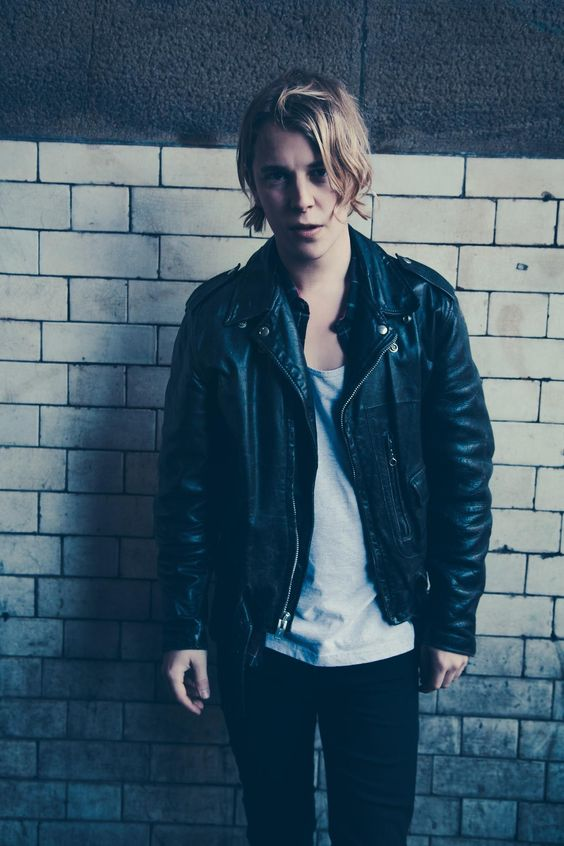 Tom Odell, wonderful voice, stunning lyrics and that hair... That beautiful hair...