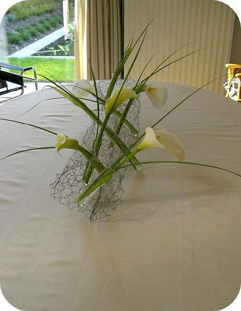 Creatief bloemstuk als tafeldecoratie - bloemstuk als tafelversiering maken met calla en gaas - creatief bloemschikken