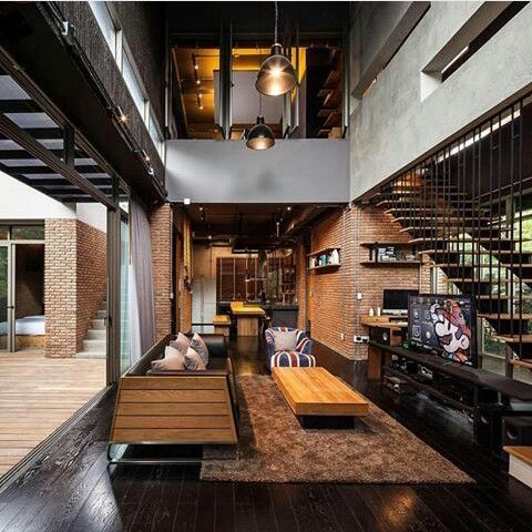 moderne Innengestaltung mit Decke aus Iroko-Holz, Fensteröffnungen - innenarchitektur industriellen stil karakoy loft