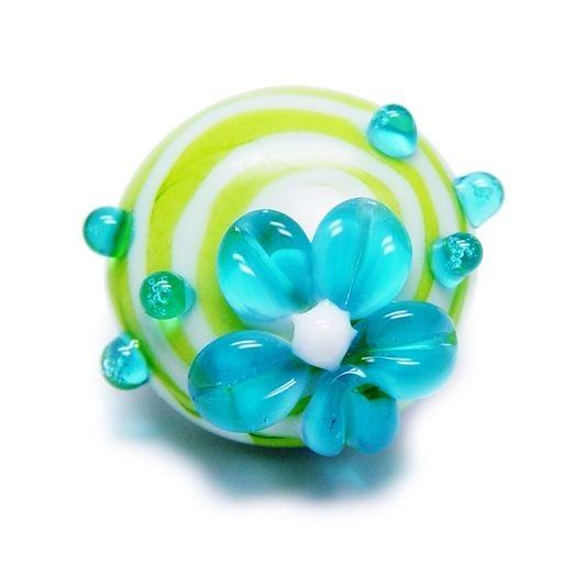 Alexiss Glas Button - grüner Druckknopf mit weißen Streifen und blauer Blüte