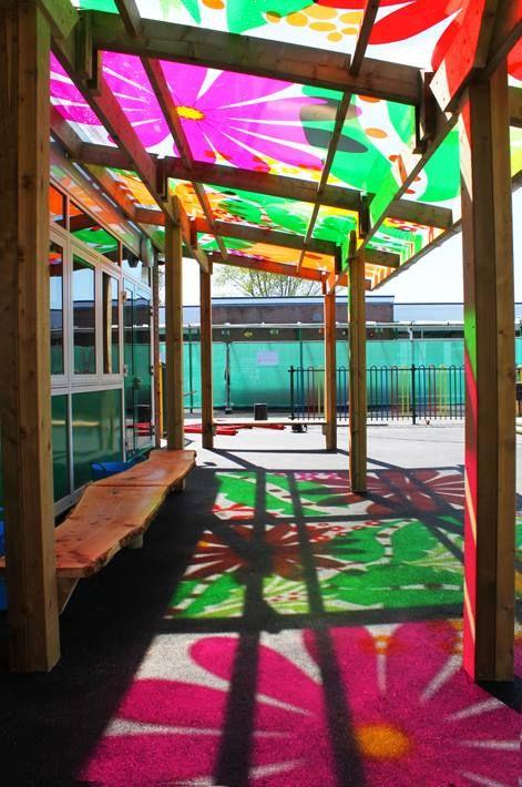 Fed ide med halvtag ud fra hegn, med flot mønster på der laver farver og mønstre ned på jorden :)