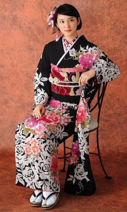いすに座った武井咲