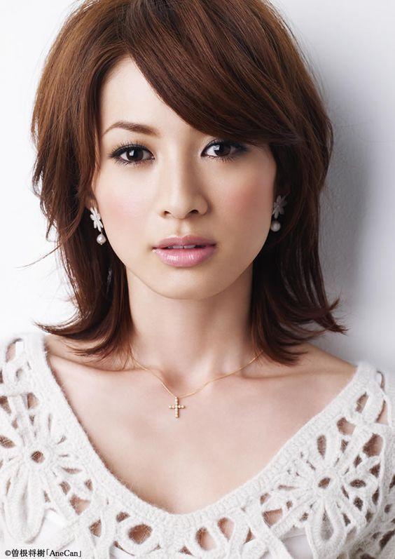 雑誌で人気の高垣麗子さん。大人の女性の可愛らしい髪型は参考