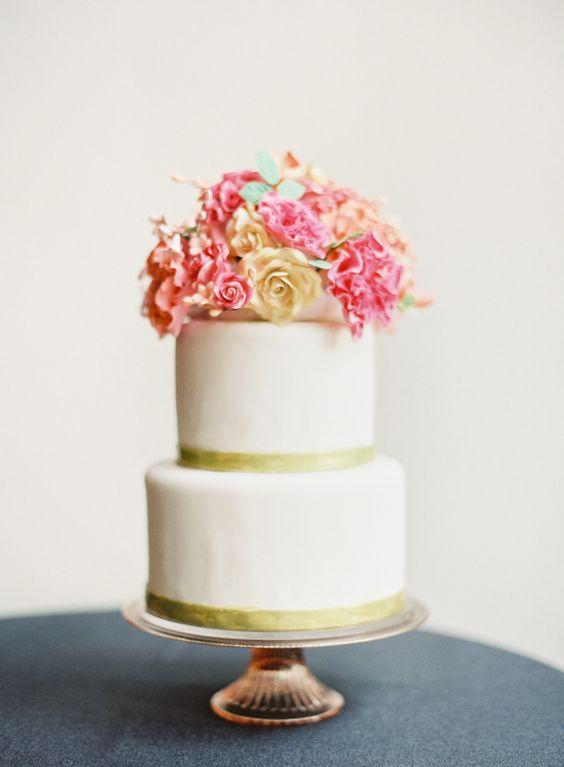 Wit, goud en roze: een heerlijk spetterende combinatie! #bruidstaart #bloemen #wit #roze #goud #bruiloft #trouwen #inspiratie #gezond #wedding #cake #inspiration #white #pink #gold Tips voor de gezonde bruidstaart | ThePerfectWedding.nl | Fotocredit: O'Malley Photographers