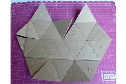 ¡Reciclá! 3 propuestas deco para hacer con cartón  3) Con un punzón o lapicera que no funcione, marcar todas las líneas para poder plegar y hacer unos pequeños cortes. Poner seis puntos de pegamento.