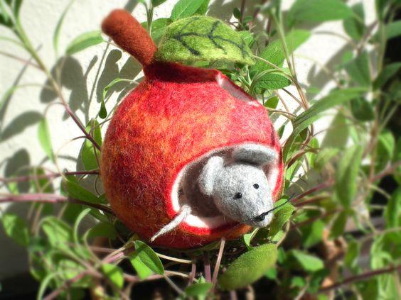 Gefilztes Apfelmäuschen Apfelmaus Maus mit Apfel von Wöllfchens Filzereien auf DaWanda.com