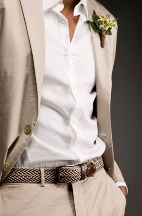 Veste et pantalon beige, chemise blanche à fines rayures, ceinture torsadée marron et beige