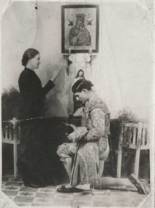 Sam Gary, Lorenzo Garza (El Ave de las Tempestades), receiving his mother's blessings before a bullfight, 1930