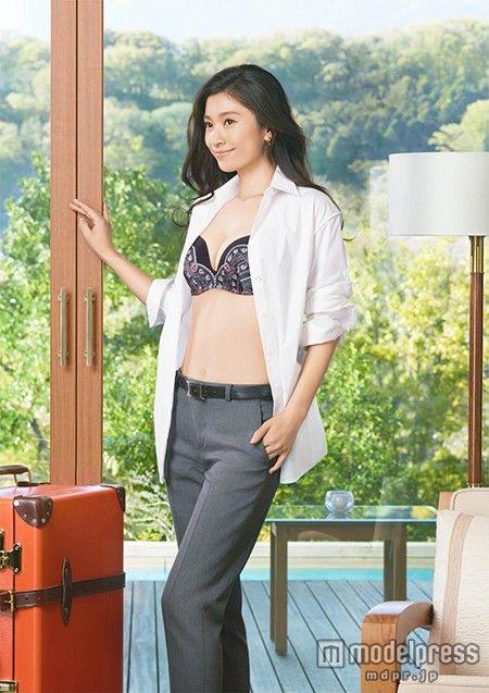 美谷間くっきりの美バストを披露した篠原涼子【モデルプレス】