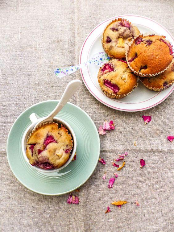 Voici une recette de délicieux muffins rhubarbe fraises, très moelleux, légers, faciles et rapides à préparer, on ne peut résister à cette gourmandise vegan