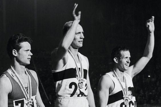 Willi Holdorf | Erster deutscher Olympiasieger im Zehnkampf: Willi Holdorf (Mitte ... OS guld tiokamp 1964 Tokyo.