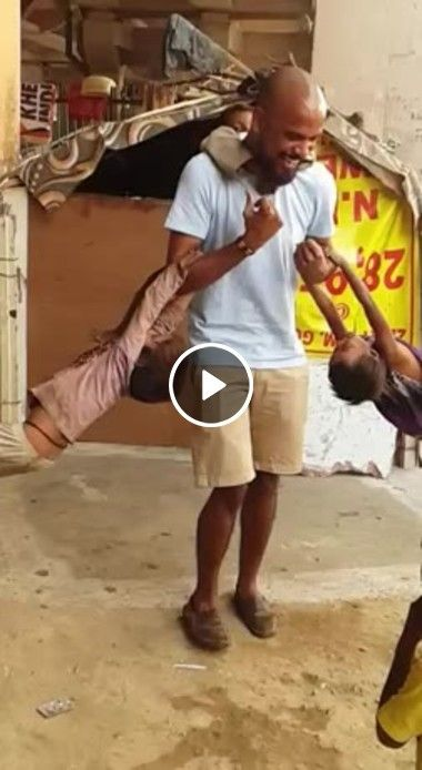 Um pai se divertido com seus filhos