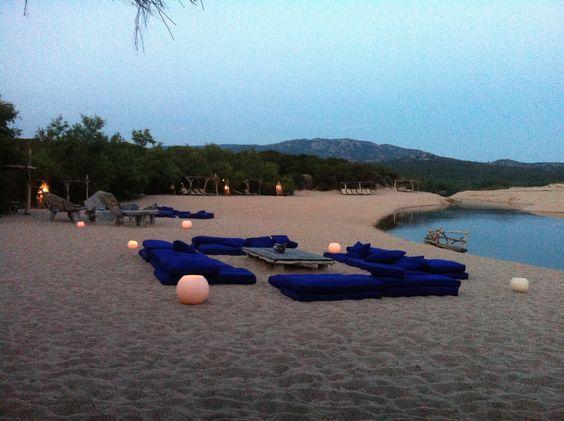 pour un mariage sur la plage mariage theme mer coin lounge sur la plage soir e clair e a la. Black Bedroom Furniture Sets. Home Design Ideas