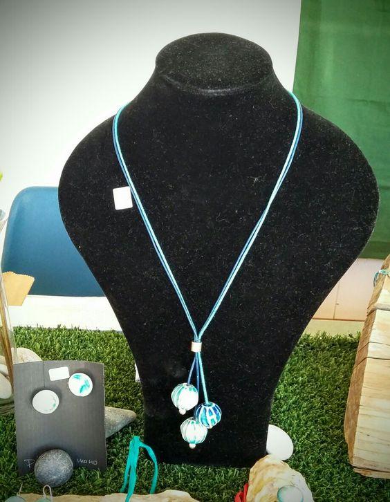 Joyería cerámica Alcay; colgante largo con 3 bolas texturadas en  color turquesa, aguamarina,  cordón de algodón encerado.