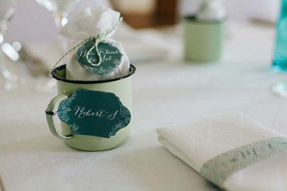 Gäste-Geschenk: Bali Fleur de Sel in selbstgenähten Säckchen in Emaille-Becher.