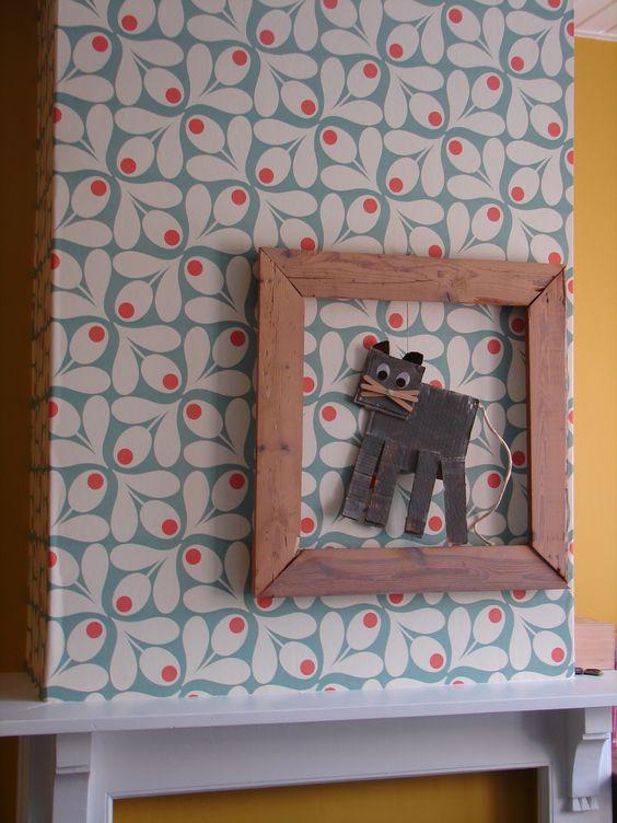 Schouw met retropapiertje behangen. Merci Els! Kat gemaakt door Puck in 2 de kleuter. Frame van oude planken.