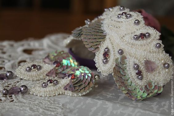 Pulsera de encaje bordado con perlas y lentejuelas