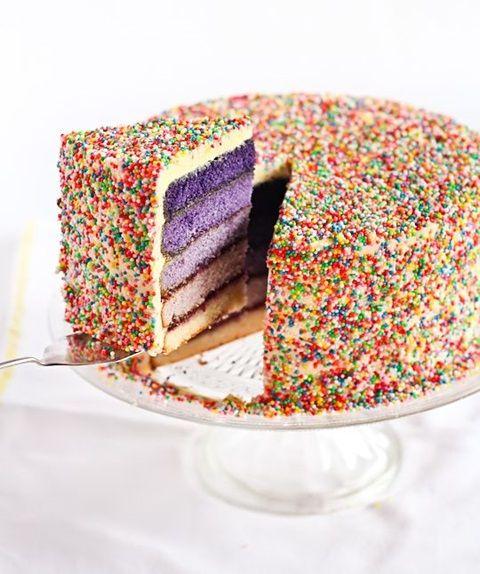 bolo de aniversario granulado colorido