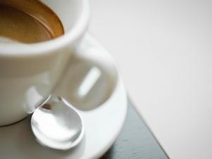 """¿Qué tanto es demasiado café?  Aunque raros, existen casos documentados de sobredosis fatales causadas por """"toxicidad a la cafeína"""".   Científicos de la Universidad Johns Hopkins que estudian las propiedades adictivas del café descubrieron que los síntomas de abstinencia incluyen: - Cansancio - Dolor de cabeza - Dificultad para concentrarse - Dolor muscular - Náusea   Foto: Thinksotck"""
