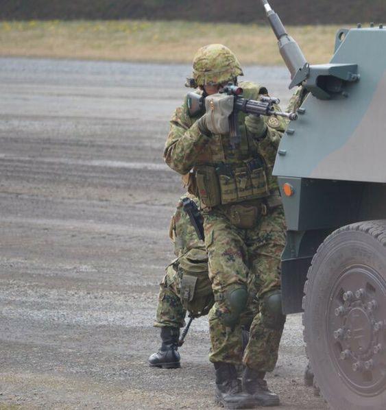 戦車の陰にいる隊員