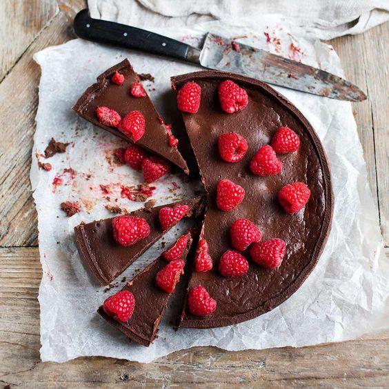 Een hap van deze taart en je bent verkocht. Zo ongelooflijk lekker! Geloof ons als we je zeggen dat deze taart de absolute eyecatcher en smaaksensatie van ieder feestje zal zijn. En dat kan natuurlijk ook altijd een feestje in je eentje zijn...    1...