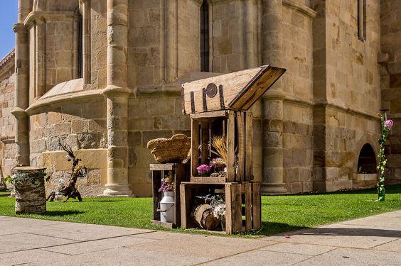 Cajas de madera recicladas y medidor de trigo antiguo decoradas con lechera antigua,  troncos, espigas, margaritas, dalias y limonium