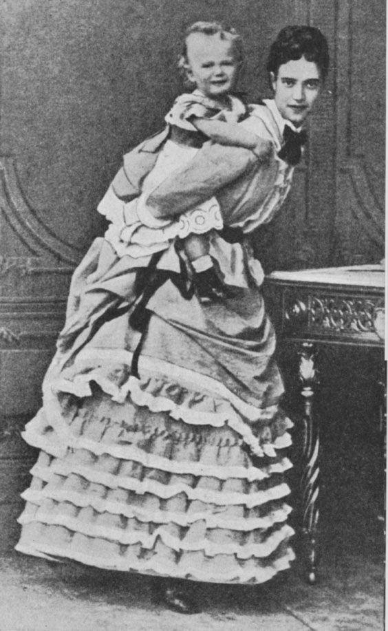 Nicolas II avec sa mère, Marie Fedorovna, en 1870.