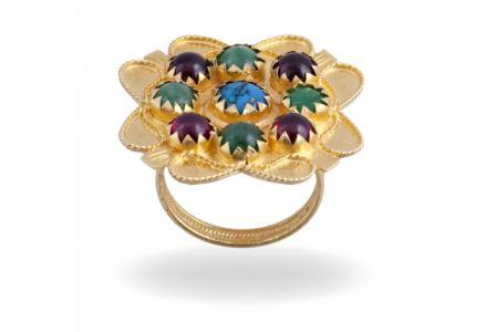 """Anello in oro con turchese, granati e smeraldi, tipico della tradizione di Orgosolo dove è denominato """"aneddu de punta"""" e veniva donato per le nozze."""