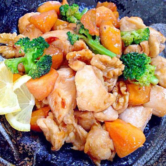 柿と鶏肉って、どんな感じなんだろーと思って作ったら、合うー 照り焼きのタレを少しと甘さ控えめで柿の甘みとマッチするー♥️ 黄な粉ちゃん、食べ友でお願いしまーす♪ mikachiさん〜旦那がもも肉とインゲンが苦手なので、胸肉を塩麹につけてから使用!インゲンの代わりにブロッコリー入れました! ステキなレシピをありがとねっ♡♡♡ これから、結婚記念日パーティー始めまーす✨✨✨ - 171件のもぐもぐ - mikachiさんの柿と鶏肉の照り焼き♥️ by tomokeeta