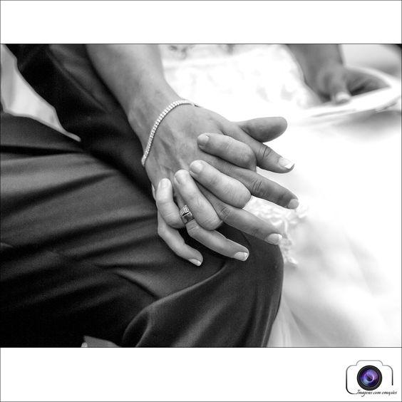 Hold my hand!  Um gesto que fotografo muitas vezes nos casamentos, um momento de ternura entre o casal, um toque, um mimo....  ...às vezes o toque é o que chega!  #imagenscomemocoes #casamento   www.imagenscomemocoes.com
