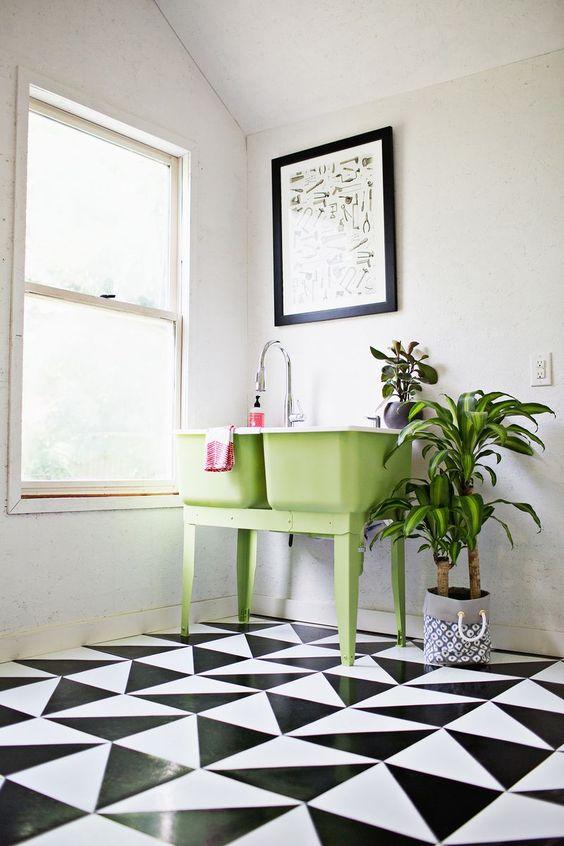 Un DIY sencillo para diseñar e instalar un suelo geométrico en blanco y negro con baldosas vinílicas.