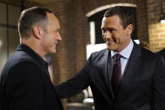 """Comentemos Agents of S.H.I.E.L.D. S04E02: """"Meet the New Boss"""" - Daisy va a la batalla contra Ghost Rider a un costo terrible, mientras que Coulson se enfrenta al nuevo director, y su audaz agenda sorprende a todos."""