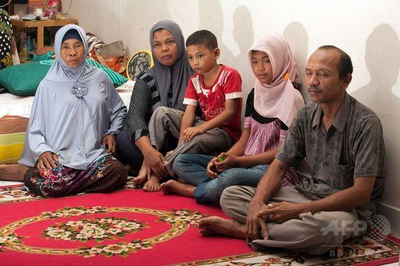 2002年の大津波で行方不明となった後、10年ぶりに母親のジャマリヤ(Jamaliah)さん(左から2人目)ら家族と再会を果たしたラウダトゥル・ジャナ(Raudhatul Jannah)さん(右から2人目)。インドネシア・アチェ(Aceh)州ムラボ(Meulaboh)で(2014年8月7日撮影)。(c)AFP/CHAIDEER MAHYUDDIN ▼8Aug2014AFP|大津波で流された少女、10年ぶりに両親と再会 インドネシア http://www.afpbb.com/articles/-/3022630 #Meulaboh: