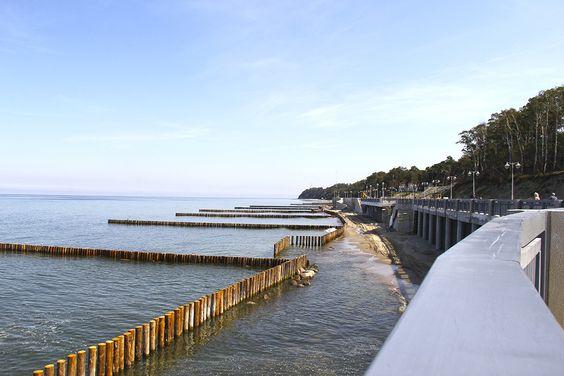 Ровные ряды столбиков в море
