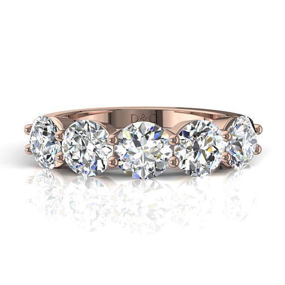 Demi alliance bague 5 diamants ronds 1,50 carats or rose 2 griffes Adia  Diamants et Carats vous propose Adia, demi alliance 5 diamants ronds d'un poids total de 1,50 carats, sertie de deux griffes. Fabriquée dans nos ateliers, cette demi alliance se compose de 5 diamants de 0,3 carats chacun.  Cette demi alliance diamant est montée sur or blanc, or jaune, or rose ou or palladié 18 carats selon votre demande.  - Couleur des diamants : I-H-G-F-E-D - Pureté des diamants : SI-VS-VVS - Nombre de…