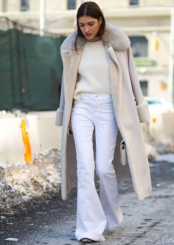 street-style-calca-flare-branca-e-trench-coat