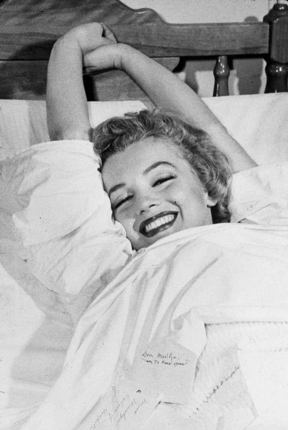 Marilyn Monroe convalescence à l'hôpital après avoir obtenu son opération de l'appendicite, 1952 (1057×1578)