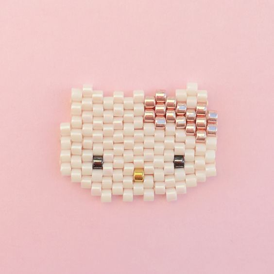 Petite tête de Hello Kitty tissée en perles Miyuki Delicas, technique du brick…