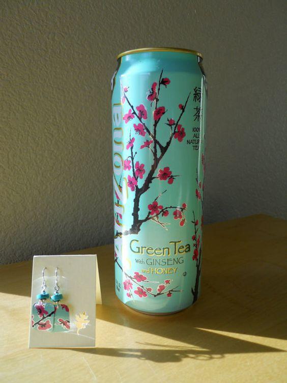 Una gran lata de té verde Arizona para hacer unos aretes con un gran estampado.   27 Piezas de joyería hechas con materiales reciclados