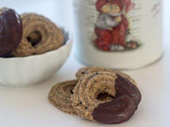 Julesmåkagerne behøves jo ikke altid at være de sædvanlige brunkager , jødekager og vaniljekranse. Så prøv disse lækre lakridskranse!